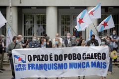 Manifestantes ante los juzgados donde este lunes ha arrancado el juicio por el Pazo de Meirás.