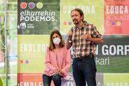 Pablo Iglesias junto a Miren Gorritxategi este lunes en Bilbao.