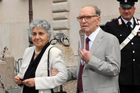 Ennio Morricone y su mujer Maria Travia anandonan el Quirinale en la gala de presentación de los Premios Donatello en 2009.