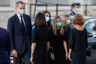 Los Reyes y sus hijas saludan a las presidentas del Congreso y el Senado a su llegada a la catedral de la Almudena.