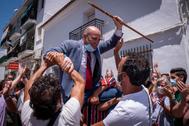 El socialista Alexis Landero celebra a hombros de sus vecinos haber conseguido la Alcaldía de Cartaya.