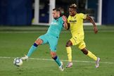 Jordi Alba y Samuel Chukwueze, durante el Villarreal-Barça.