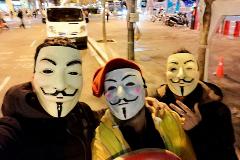 Imagen de seguidores de Anonymous enviada a las redes sociales en apoyo del 'hacker' acusado por la Fiscalía.