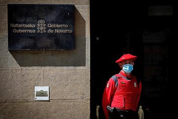 Un miembro de la Policía Foral, ante la puerta del Palacio de Navarra, durante un minuto de silencio en homenaje a las víctimas del Covid-19.