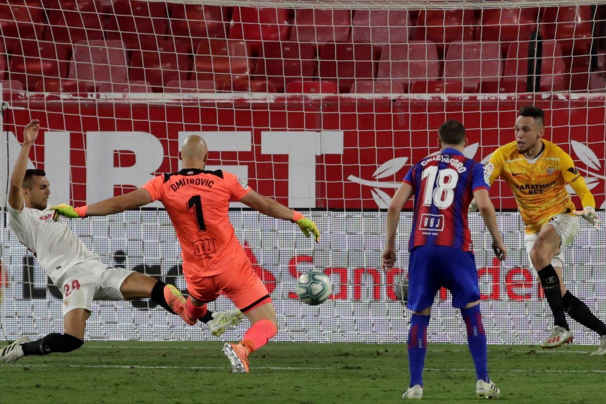 Dmitrovic, portero del Eibar, remata ante Ocampos, que se tuvo que poner por lesión de Vaclik.
