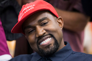 El rapero estadounidense Kanye West con una gorra en apoyo a la campaña de Donald Trump en 2018.