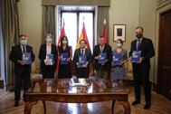 Los representantes de los cinco grupos políticos, en la firma del acuerdo