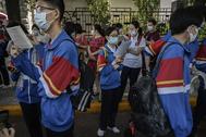 Estudiantes repasan por última vez los apuntes en Pekín.