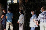 Varias personas esperan para hacerse una prueba de coronavirus en Montargis (Francia) .