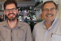 Francisco Izuzquiza, junto a su padre.