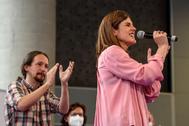 Miren Gorrotxategi  recibe el aplauso de Pablo Iglesias en un acto de Podemos,