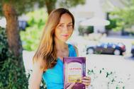 Aurora García Mateache posa con un ejemplar de 'La finca'.