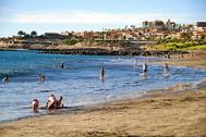 Varias personas en una playa de Canarias.