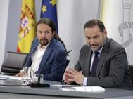El vicepresidente del Gobierno (i), Pablo Iglesias, y el ministro de Transportes, José Luis Ábalos.