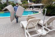 Un trabajador prepara las zonas exteriores del complejo turístico en Palma.