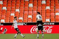 Kang In celebra con Wass y Maxi su gol en Mestalla.