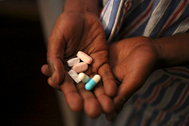 Un paciente de sida muestra su medicación antiretroviral.