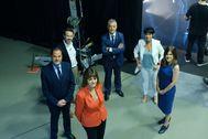 Los seis candidatos a lehendakari posan en círculo antes de iniciar el debate en la televisión pública vasca.