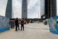 Policías y bomberos en la entrada de la obra a la quinta torre.
