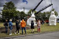 Instalación de tres estatuas de conejos (Berm Bunnies), en una zona arbolada del puerto de Amsterdam.