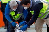 Efectivos policiales, con un cargamento de cocaína incautado en Galicia a finales del pasado mes de abril.