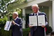 López Obrador y Donald Trump muestran la declaración conjunta firmada.
