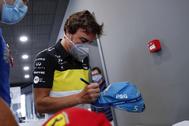 GRAF4672. LLANERA (ASTURIAS).- El piloto lt;HIT gt;Fernando lt;/HIT gt; lt;HIT gt;Alonso lt;/HIT gt; firma una gorra a un aficionado este miércoles en el museo que tiene en el municipio asturiano de Llanera. El español lt;HIT gt;Fernando lt;/HIT gt; lt;HIT gt;Alonso lt;/HIT gt; ha anunciado que en 2021 volverá a competir en el Mundial de Fórmula Uno con Renault, con la que ganó sus dos títulos mundiales -2005 y 2006-, en la que será su tercera etapa en la escudería francesa. J.L. Cereijido