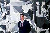 El presidente del Gobierno, Pedro Sánchez, y el primer ministro italiano, Guiseppe Conte, esste miércoles, frente al 'Guernica' en el Museo Reina Sofía de Madrid.
