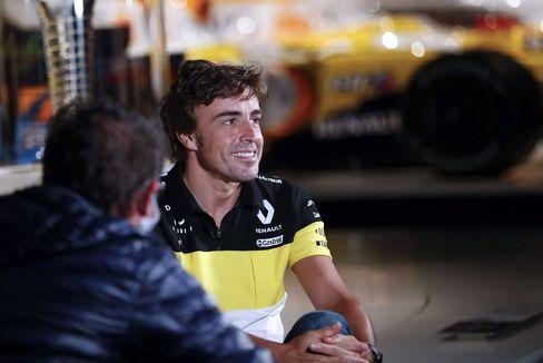 GRAF4683. LLANERA (ASTURIAS).- El piloto lt;HIT gt;Fernando lt;/HIT gt; lt;HIT gt;Alonso lt;/HIT gt; este miércoles en la grabación de un documental en el museo que tiene en el municipio asturiano de Llanera. El español lt;HIT gt;Fernando lt;/HIT gt; lt;HIT gt;Alonso lt;/HIT gt; ha anunciado que en 2021 volverá a competir en el Mundial de Fórmula Uno con Renault, con la que ganó sus dos títulos mundiales -2005 y 2006-, en la que será su tercera etapa en la escudería francesa. J.L. Cereijido