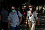 Barceloneses con mascarilla por la vía pública.