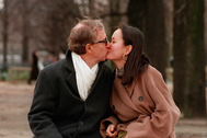 Woody Allen y Soon-Yi se besan en París.
