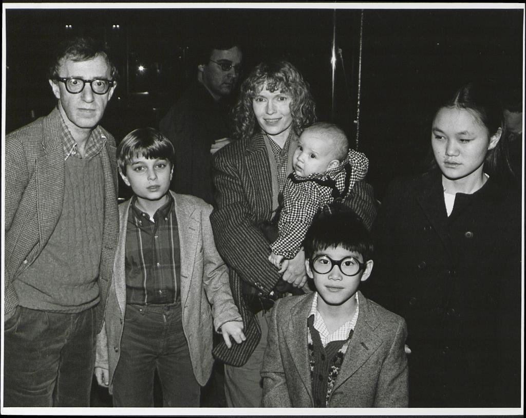 Arriba, Woody Allen y Soon YiWoody Allen con Mia Farrow y los niños de ésta, entre ellos Soon Yi (izda.) y el bebé de ambos. CP