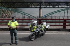 Un agente de la Guardia Civil, en un control en una carretera de acceso a la comarca de A Mariña.