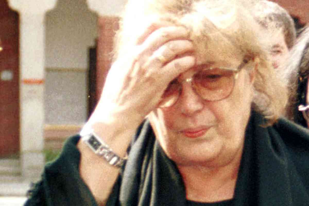 Su última mujer y viuda, María Dolores Cobo, en el entierro del humorista.