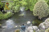 Agentes de la Guardia Civil en un tramo del río Manzanares cerca de Getafe