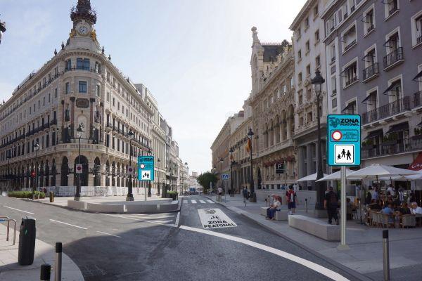 Montaje de la señalización que será colocada en el acceso de las Calles Alcalá y Sevilla.