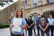 La cabeza de lista de Entre Todas Podemos La Rioja, Sara Carreño, muestra la demanda que ha presentado ante la Justicia.