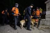 Equipos de búsqueda y rescate en Waryong park, cerca de donde apareció el cuerpo sin vida del alcalde de Seúl.