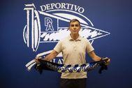 """GRAF3637. VITORIA.- El nuevo entrenador del Deportivo lt;HIT gt;Alavés lt;/HIT gt;, Juan Ramón López lt;HIT gt;Muñiz lt;/HIT gt;, posa durante su presentación con el club vitoriano, este lunes en Vitoria. lt;HIT gt;Muñiz lt;/HIT gt; dijo este lunes que cuando recibió la llamada del club vitoriano y vio el calendario que le quedaba, con partidos ante el Real Madrid y el Barcelona, no se lo pensó y quiso venir """"de cabeza"""". Deportivo lt;HIT gt;Alavés lt;/HIT gt; FOTOGRAFÍA CEDIDA/ SOLO USO EDITORIAL/ NO VENTAS"""