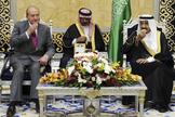El Rey Juan Carlos, en 2014, junto al ministro de Defensa y príncipe heredero saudí, Salman bin Abdul-Aziz Al Saud, al término de un viaje a Arabia Saudí.