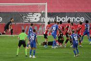 GRAF5534. BILBAO.- El centrocampista del Sevilla Ever Banega (10) marca de falta el primer gol ante el lt;HIT gt;Athletic lt;/HIT gt;, durante el partido de Liga en Primera División disputado esta noche en el estadio de San Mamés, en Bilbao.
