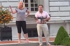 Mark y Patricia McCloskey, armados, a la entrada de su residencia.