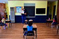 Distancia de seguridad y mascarillas en una clase de primaria en Monterey Park, California.
