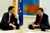 El entonces jefe de la oposición, Pedro Sánchez, y el presidente del Gobierno, Mariano Rajoy en un encuentro en Moncloa en 2015