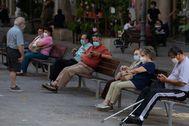 Varias personas en una calle de Barcelona el jueves, el primer día de uso obligatorio de mascarillas en Cataluña.