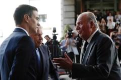 Juan Carlos I habla con Pedro Sánchez (izqda.), en 2019, en el Congreso.