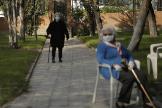 Dos mujeres en una residencia de ancianos en Madrid.
