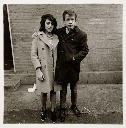 Diane Arbus. Pareja de adolescentes en la calle Hudson, N.Y.C. 1963. Centre Pompidou, Paris, Musee national d'art moderne - Centre de creation industrielle