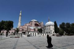 FOTODELDIA- SDT01. ESTAMBUL (TURQUÍA).- Una mujer vestida con un hiyab toma fotografías este jueves frente el Museo de lt;HIT gt;Santa lt;/HIT gt; lt;HIT gt;Sofía lt;/HIT gt; en Estambul. De acuerdo a los medios locales, un juzgado turco retrasó la decisión acerca de si este edificio declarado por la Unesco Patrimonio de la Humanidad y que cuenta con más de 1500 años de antigüedad podría ser convertido en una mezquita, según la petición efectuada por el presidente otomano, Recep Tayyip Erdogan.