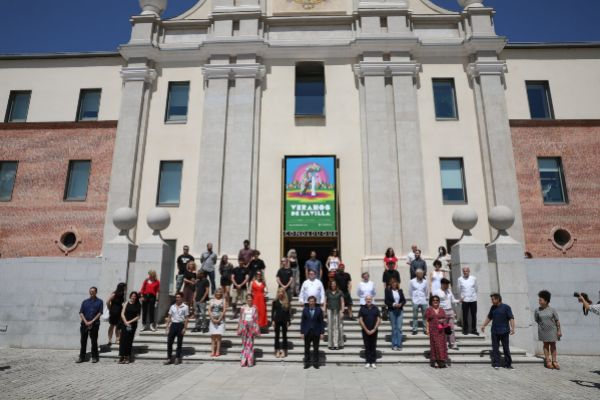 Artistas y autoridades durante la presentación del programa del festivas Veranos de la Villa 2020.